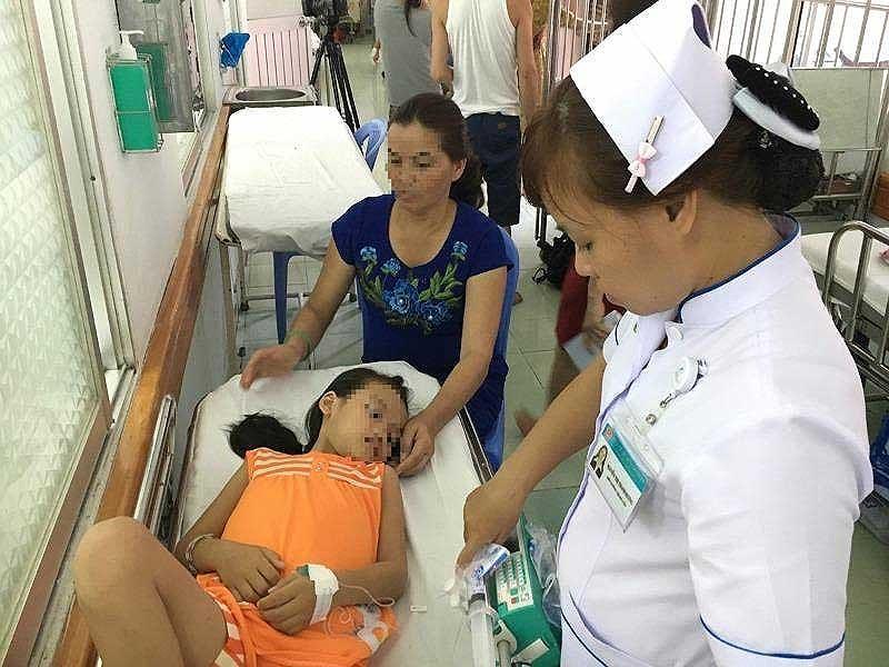Một trẻ bảy tuổi mắc sốt rét đang được điều trị tại BV Nhi đồng 2