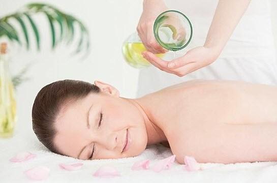 Tắm và massage bằng dầu dừa giúp da trắng mịn, hồng hào và thư giãn