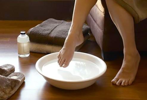 Massage trực tiếp bằng tinh dầu thiên nhiên trị bệnh gout